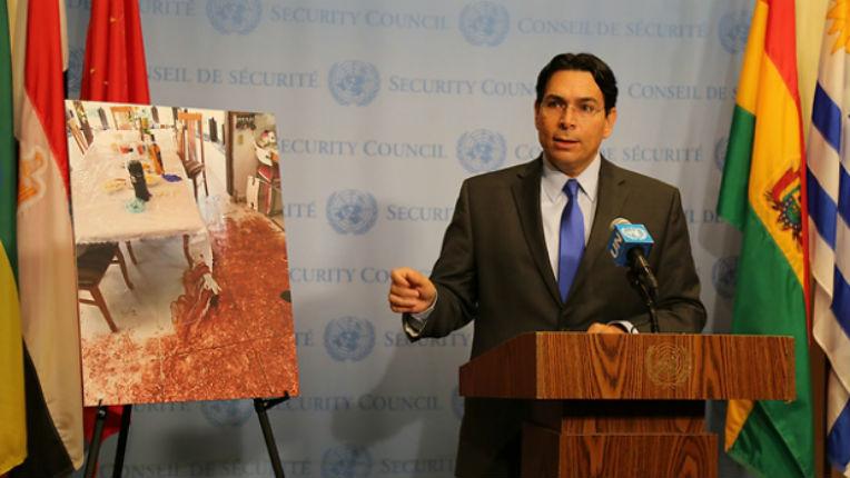 Danny Danon montre des photos de l'attaque terroriste d'Halamish au Conseil de Sécurité de l'ONU