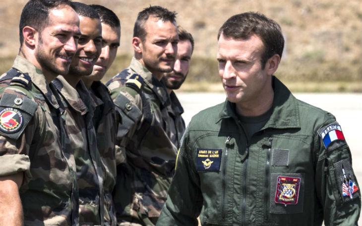 « Là, ça ne passe plus » : Un colonel attaque Emmanuel Macron ses déguisements, notamment en «Top gun»