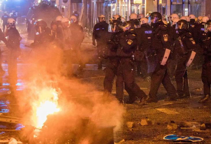 Allemagne : une fête dégénère en affrontements avec la police après une vague d'agressions sexuelles par des migrants Afghans et Irakiens. Un niveau de violence«terrifiant»