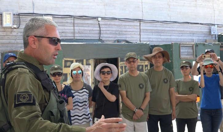 Israël : des touristes de passage dans le pays se forment aux techniques anti-terroristes