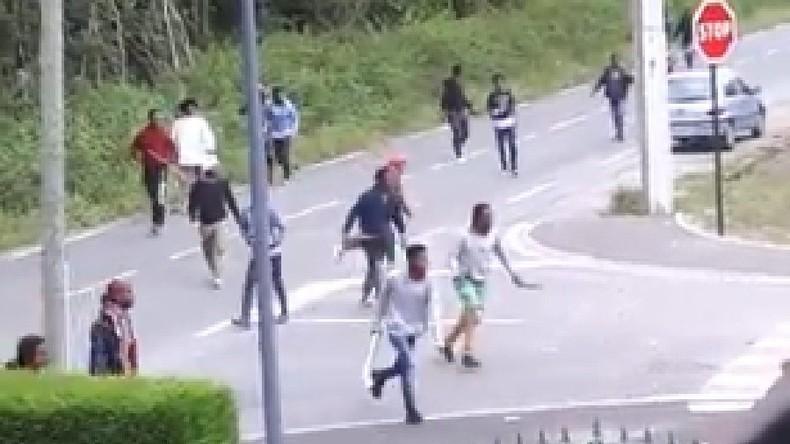 Calais : une habitante filme les violentes rixes entre une centaine de migrants dans un quartier résidentiel (Vidéo)