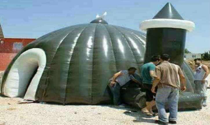 Les premières mosquées gonflables, viennent de faire leurs apparitions sur les plages algériennes