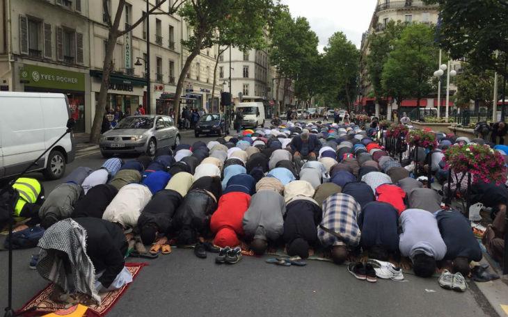 Clichy (92) : 500 musulmans font une prière devant la mairie