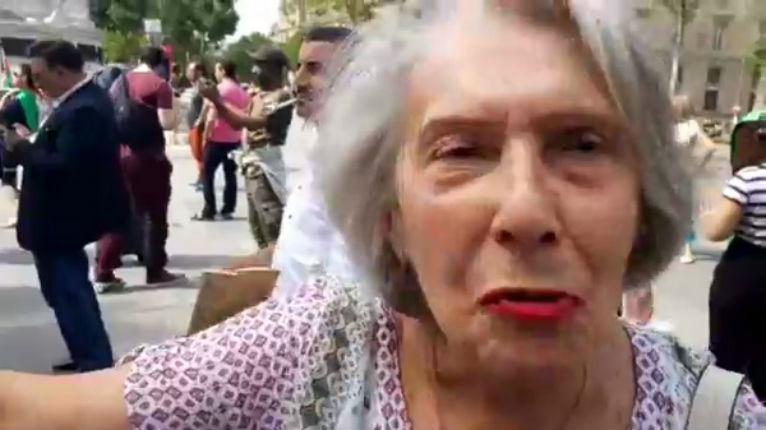 Une courageuse rescapée de la Shoah défie les antisémites de BDS lors d'une manifestation à Paris (Vidéo)