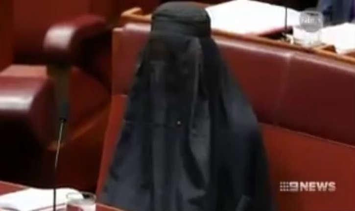 [Vidéo] Australie : une sénatrice siège au parlement en burqa pour réclamer son interdiction