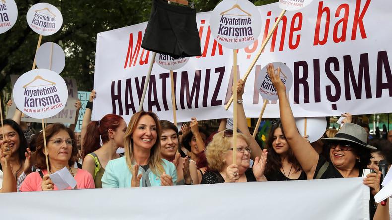 «Touche pas à mon short !» : les femmes manifestent pour leurs droits en Turquie