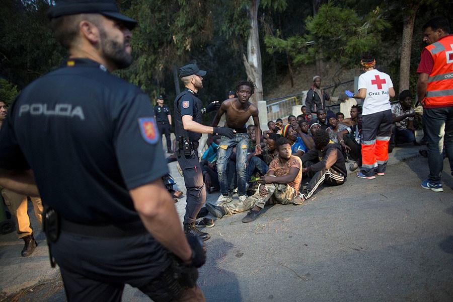 Le passage en force de migrants à la frontière espagnole fait des dizaines de blessés (Vidéo)