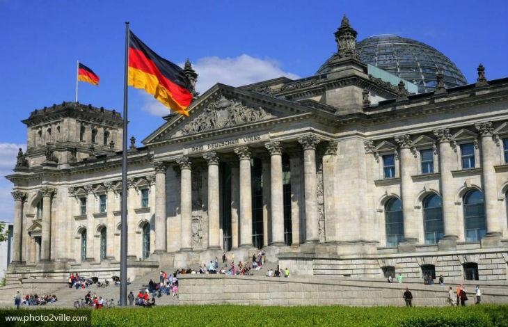 Deux touristes chinois arrêtés pour avoir fait le salut nazi devant le Parlement allemand