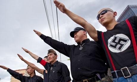 Deux chinois font un salut hitlerien devant le Reichstag et sont condamnés