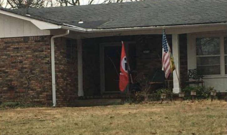 États-Unis : des drapeaux nazis s'affichent sur des maisons américaines depuis les violences de Charlottesville