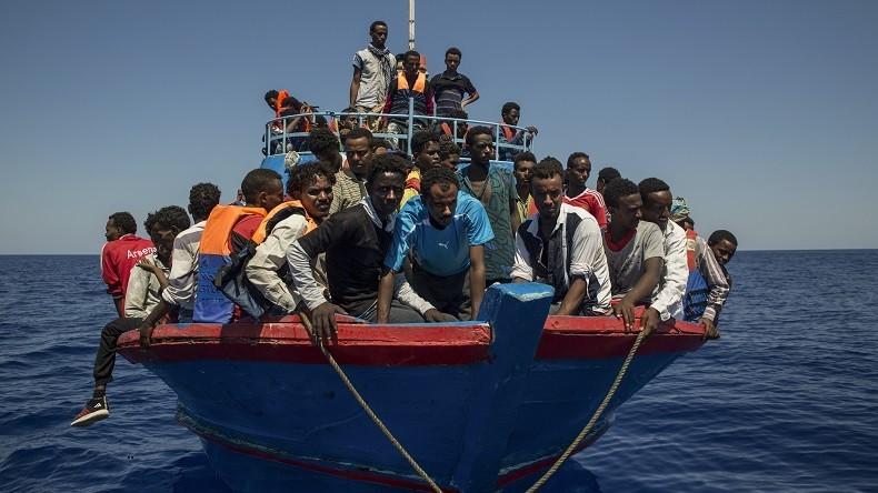 Italie : des migrants africains menacent de tuer l'équipage d'un cargo qui venait de les secourir