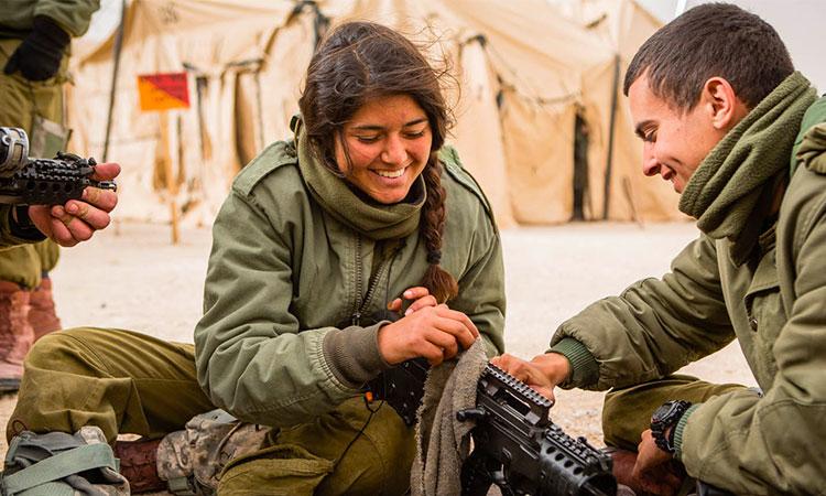 Dans Tsahal, quelles sont les relations soldats-soldates?