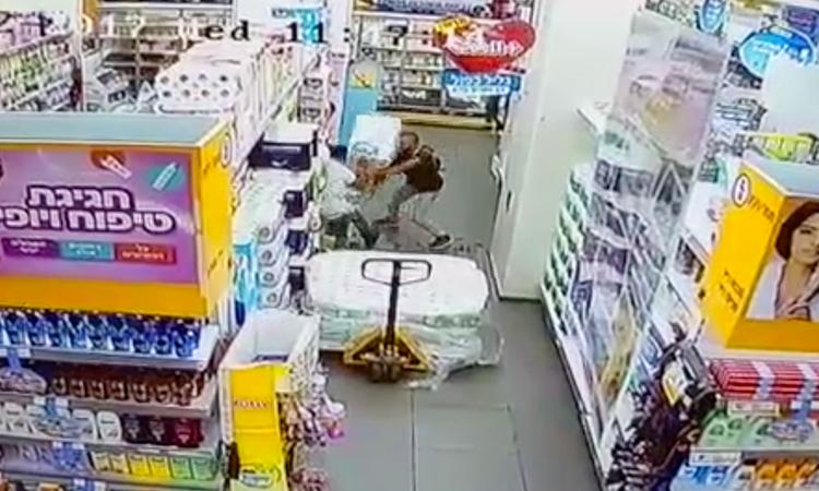 [Vidéo] Terrorisme islamique palestinien à Yavné, un Israélien grièvement blessé à coups de couteaux
