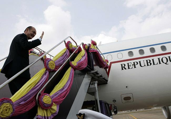 Quand des femmes nues attendaient le président Chirac dans son avion