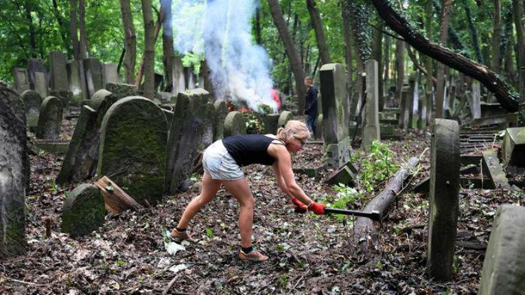 De jeunes Européens volent au secours du plus grand cimetière juif d'Europe à Varsovie
