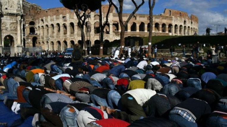 Rome : un couple de jeunes Italiens agressé par un immigré malaisien car ils s'embrassaient devant une mosquée