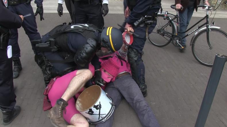 Un rassemblement de soutien aux migrants dégénère à Calais, plusieurs arrestations (Vidéo)