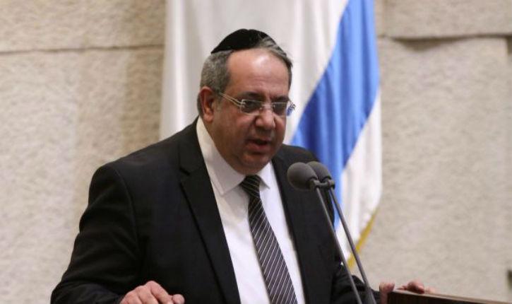 Est-il normal, dans un pays démocratique, qu'une poignée d'homophobes juifs obligent un député élu de démissionner?