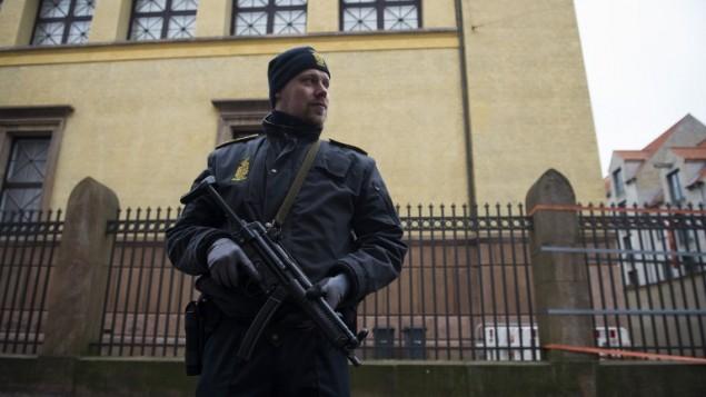 Danemark : l'armée est déployée pour Kippour devant la synagogue de Copenhague