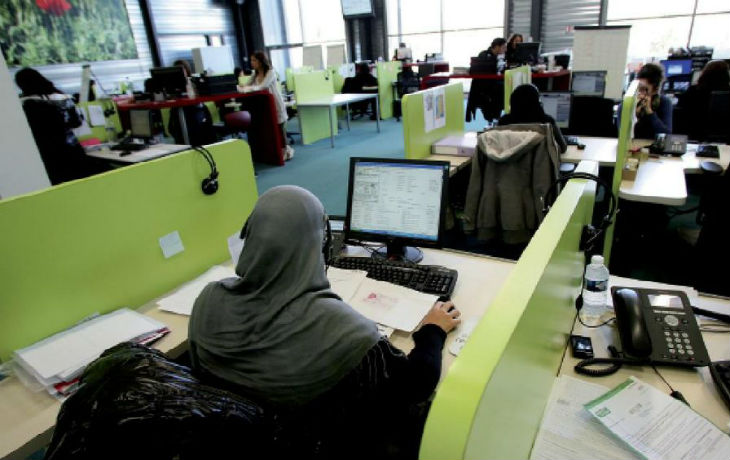 Islamisation : La cour d'appel de Versailles annule le licenciement d'une femme qui avait refusé d'enlever son voile islamique