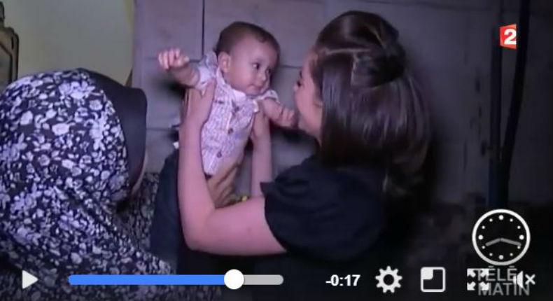 [Vidéo] Une infirmière israélienne allaite un bébé palestinien qui refuse de se nourrir depuis que sa mère est dans le coma
