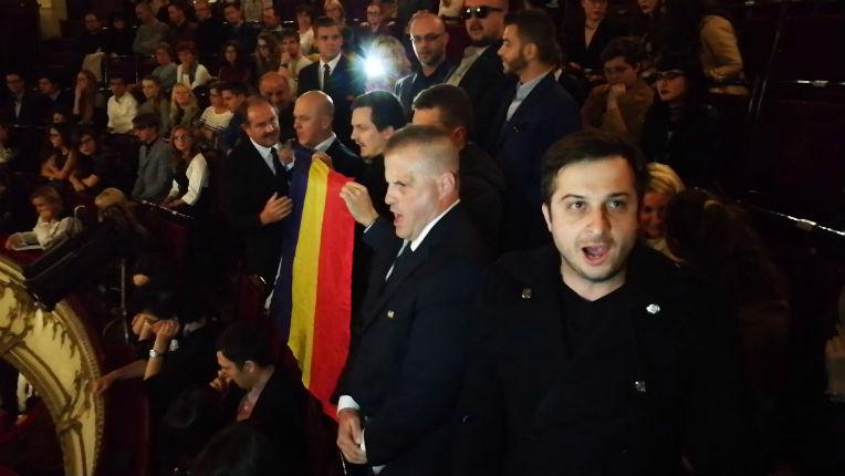 Roumanie : Manifestation anti-islam lors de l'interprétation d'une prière musulmane à l'opéra de Cluj (Vidéo)