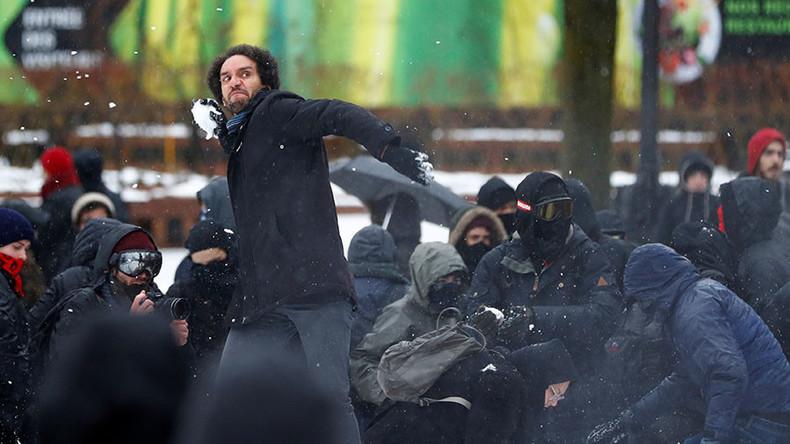 Lacrymogène et boules de neige : nationalistes anti-islam et gauchistes antifas se heurtent à la police à Québec
