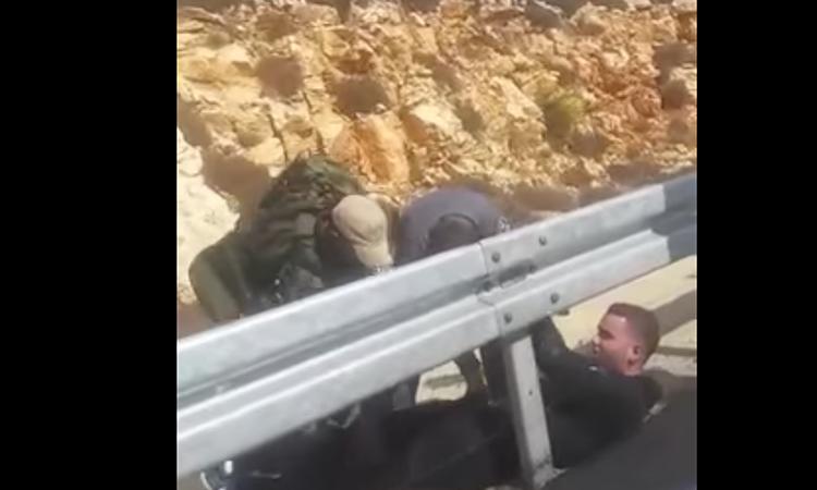 [Video] Un Coran et deux couteaux dans le sac: l'homme est stoppé par un pompier