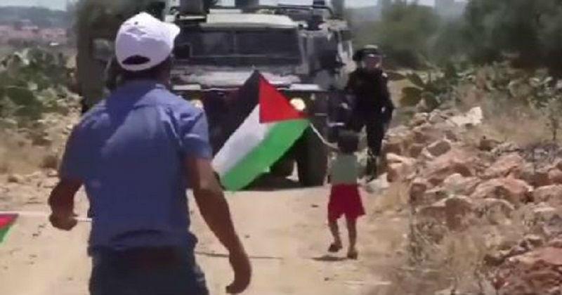 [Vidéo] Un Palestinien pousse son fils vers Tsahal et crie au soldat « tuez-le ! »
