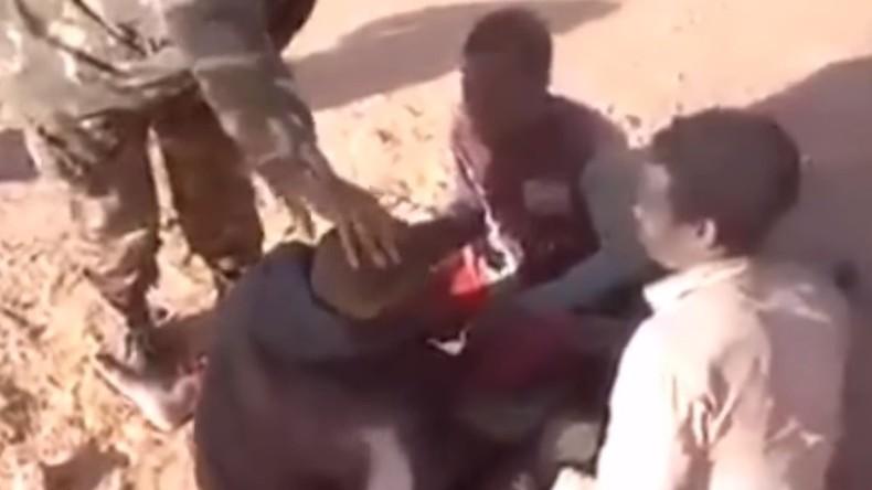 Racisme en Algérie: Des soldats algériens maltraitent des enfants de couleur (VIDEO CHOC)
