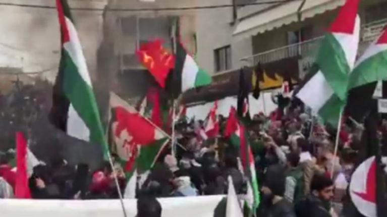 Heurts à Beyrouth : des manifestants enfoncent les grilles de l'ambassade US au Liban (Vidéo)