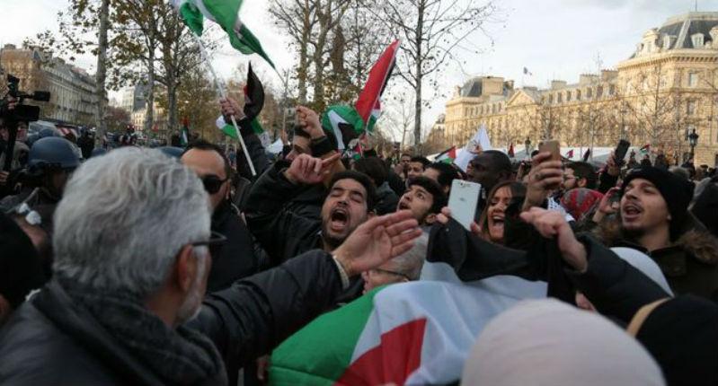 Paris: Appel au meurtre des Juifs lors de la manifestation antisémite des islamistes, des antifas et de BDS au cri de « Mort aux Juifs » (Vidéo)