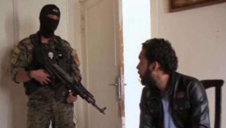 [Video] En pleine interview, un Français des forces kurdes recadre un détenu djihadiste