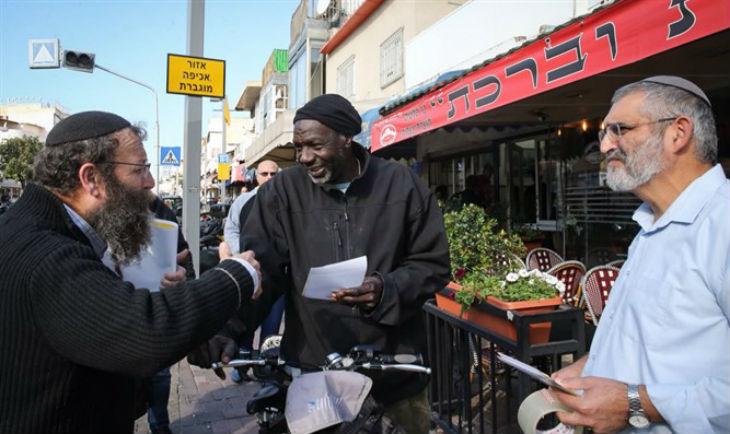 Des militants israéliens de droite distribuent aux migrants les adresses des domiciles de gauchistes : « c'est là qu'il faut aller » (Vidéo)