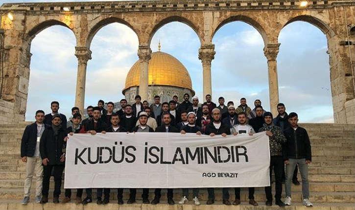 """Jérusalem : des étudiants turcs se livrent à des provocations sur le Mont du Temple en déployant une banderole """"Jérusalem est musulmane"""""""