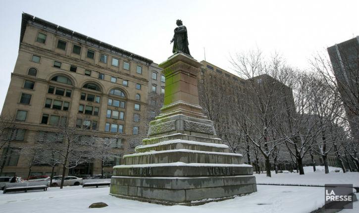 Des militants gauchistes pro-palestiniens vandalisent deux statues de la reine Victoria à Montréal