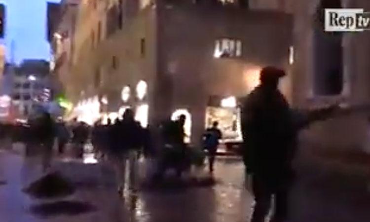 [Video] Italie: des sénégalais manifestent pour le meurtre d'un des leurs, en détruisant le mobilier urbain