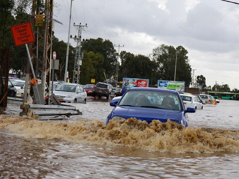Deux morts et une personne disparue dans des inondations en Israël (Vidéos)