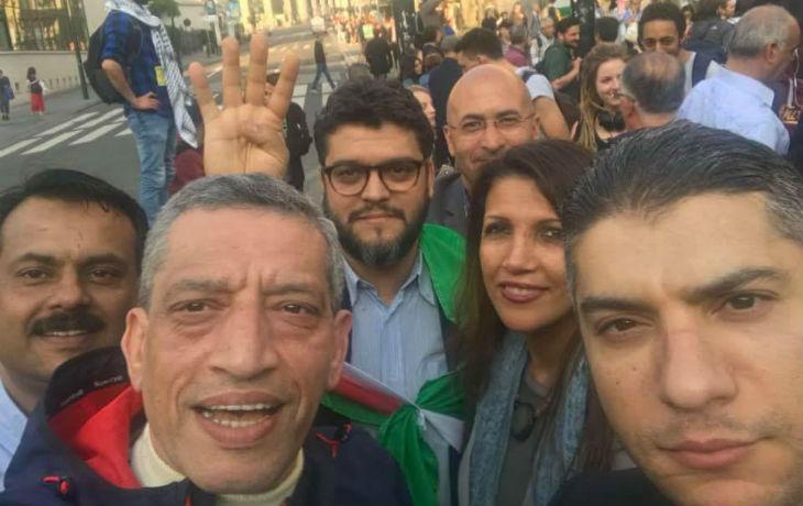 Exclusif: Un député régional PS belge surpris en train de faire le signe de ralliement et de conquête des Frères Musulmans