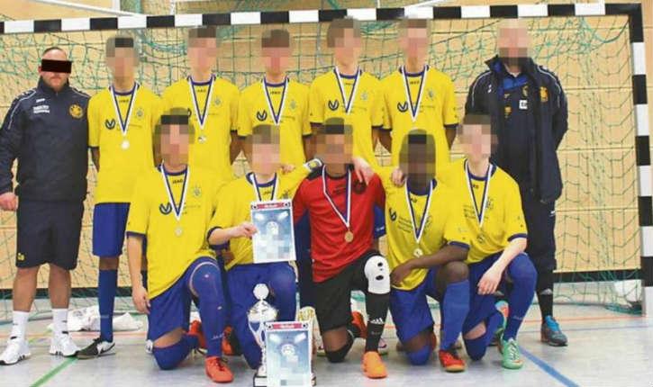 Un club allemand limoge deux entraîneurs après que l'équipe U17 du club a posé en faisant le salut nazi