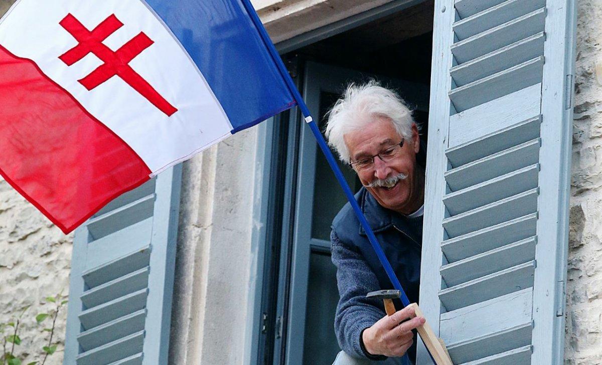 Interdit d'aimer la France pour le maire socialiste qui menace de faire retirer le drapeau de la France libre de la fenêtre d'un habitant