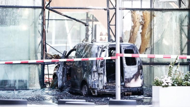 Attaque à Amsterdam : Véhicule en flammes, vitrine explosée, le quotidien néerlandais De Telegraaf ciblé