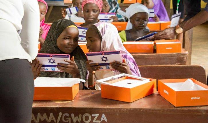 L'ambassade d'Israël au Nigeria offre des tablettes aux enfants musulmans refugiés