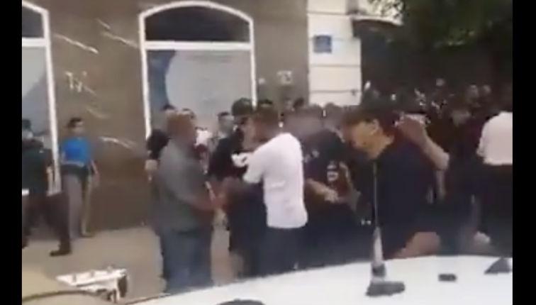 Tandis que les Français tolèrent les drapeaux Algériens, en Algérie un homme manque de se faire lyncher car il porte un maillot de l'équipe de France (Vidéo)