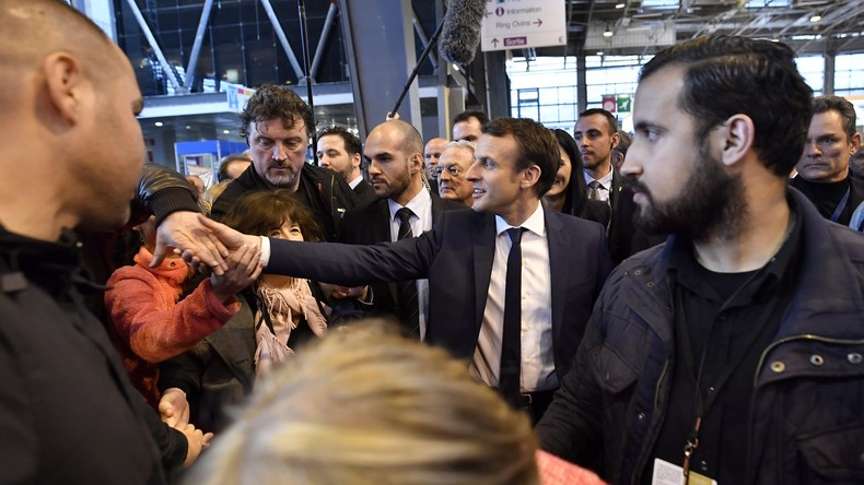 Un collaborateur de Macron repéré dans une vidéo où il prend part à des violences le 1er mai, affublé d'un casque
