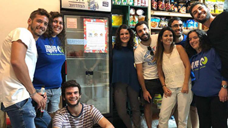 Jérusalem: une association lance le «Réfrigérateur Social» destiné aux personnes pauvres