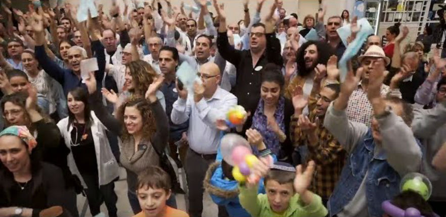 Israël : Juifs, Arabes, tout le monde chante à l'hôpital pour enfants Schneider de Petah Tikva (Vidéo)
