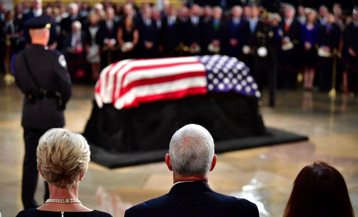 Comment une «fake news» devient la vérité médiatique: Non, Trump n'a pas séché les obsèques de McCain