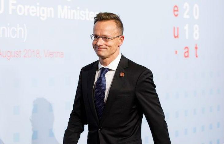 Le ministre hongrois des Affaires étrangères attaque : « Macron veut changer la composition des peuples européens en important des masses de migrants »