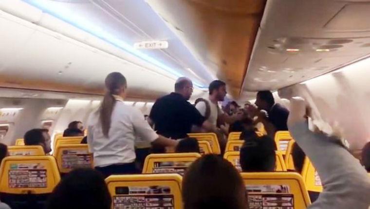 Un musulman terrifie les passagers d'un avion en traitant les chrétiens « d'infidèles » et crie que « l'islam est la solution à tous les problèmes » (Vidéo)